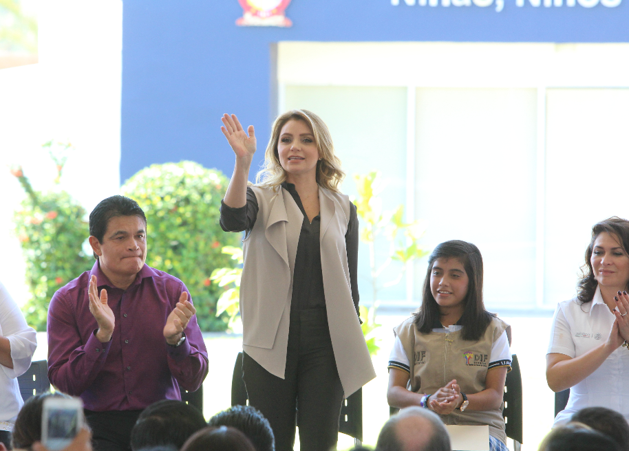 Entrega Angélica Rivera lentes a estudiantes de Sinaloa