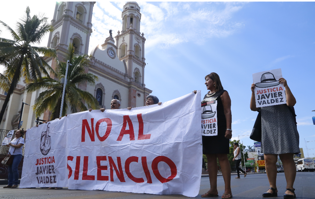 Recrean 'funeral' en Fiscalía de Sinaloa para exigir justicia por el asesinato a Javier Valdez