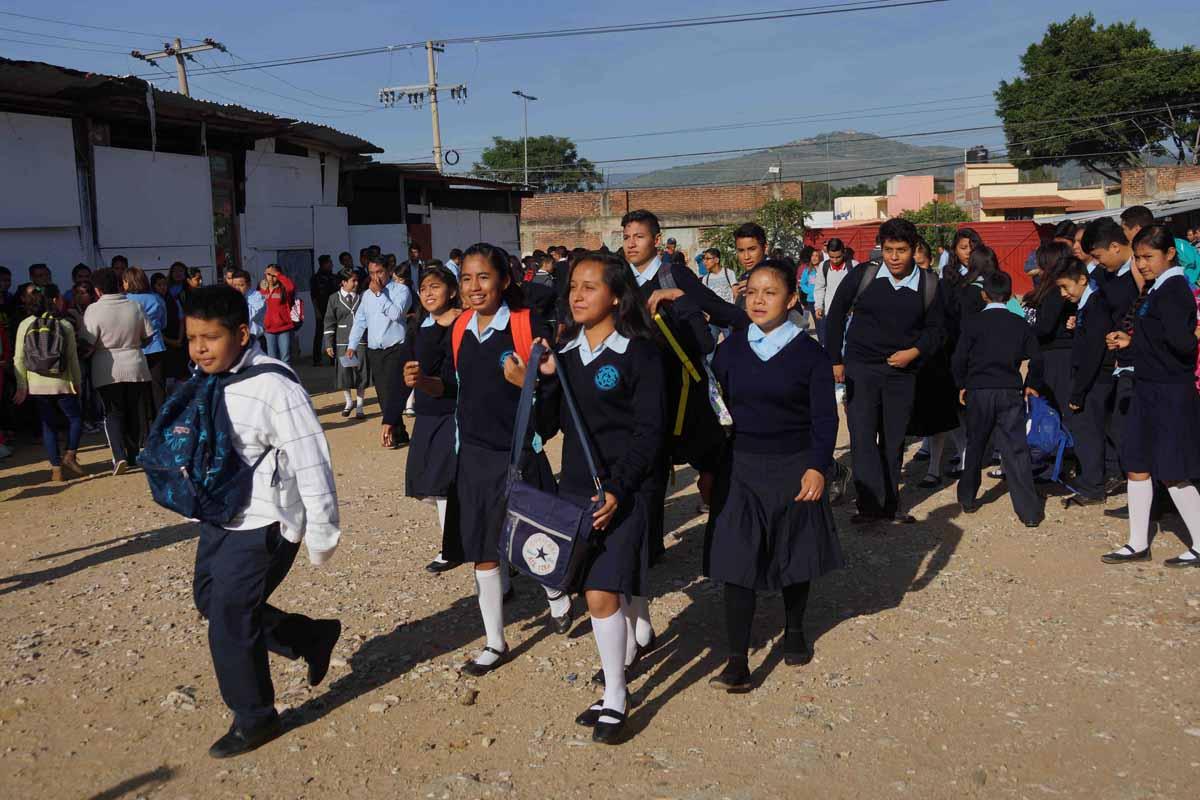 Peña visita casa de alumno en Tlaxcala... en spot por informe