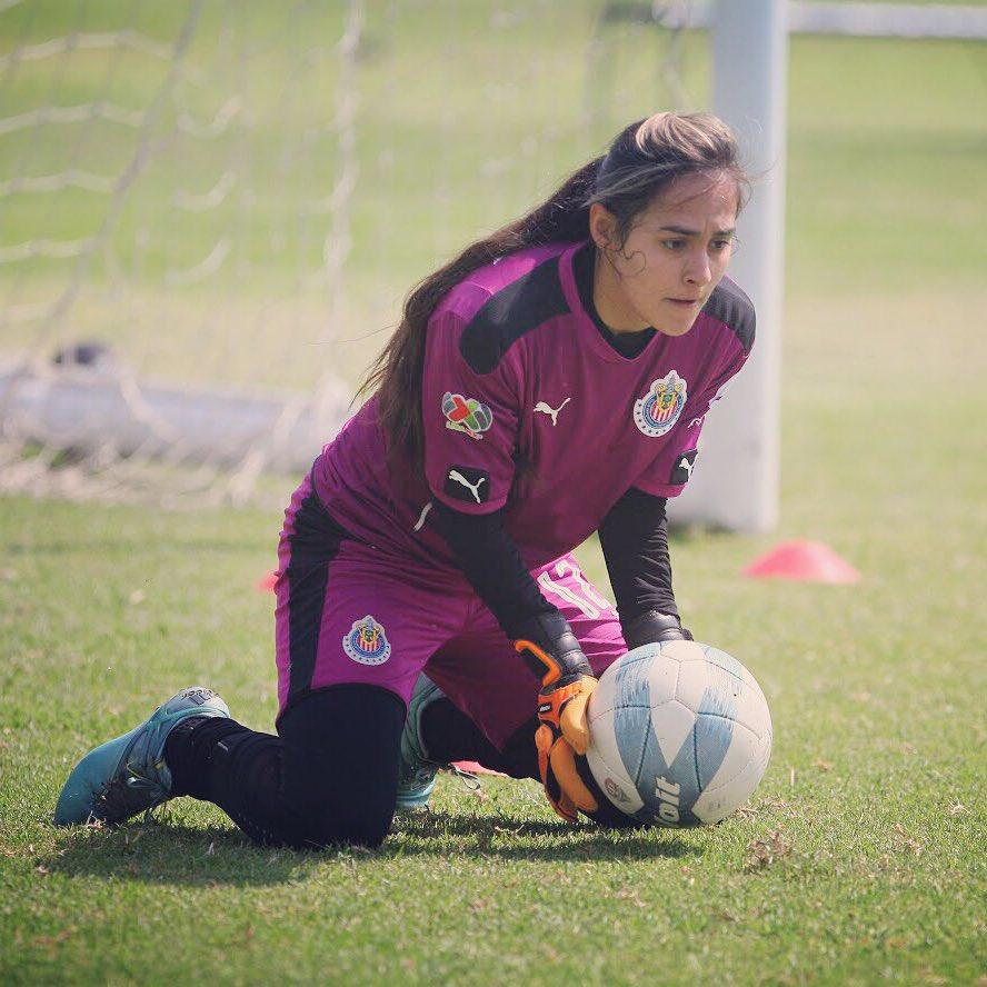 Norma Duarte, jugadora de Chivas femenil, celebra su gol como Rodolfo Pizarro