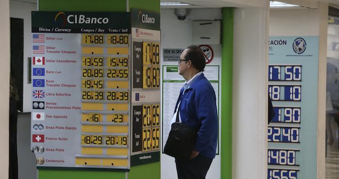 Baja dólar a 18 pesos en AICM