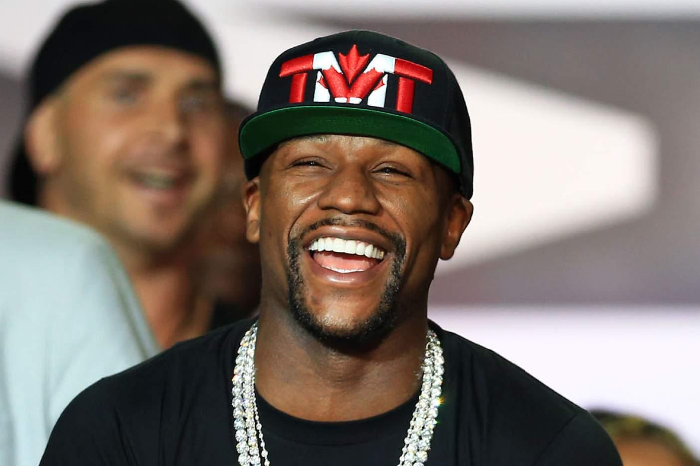 Aseguran que Floyd Mayweather se encuentra negociando con la UFC