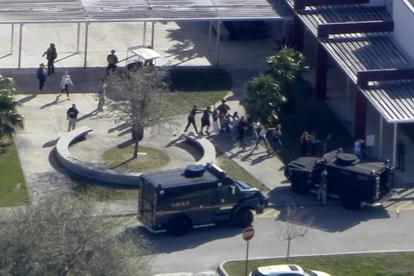 Ex alumno, agresor en escuela de Florida; suman 17 muertos