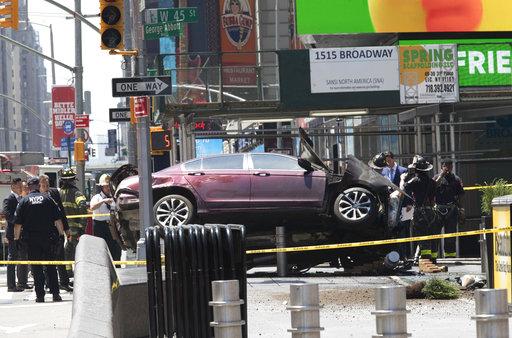 Un auto subió a la acera y atropelló a 14 personas
